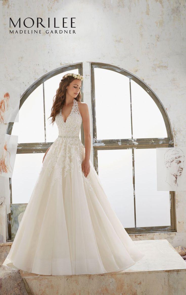 Dziewczęca suknia ślubna Mori Lee z wyhaftowanymi kwiatami o kroju litery A. Zapierająca dech w piersi, ponadczasowa sukna z spódnica …