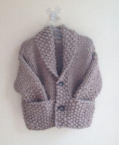 Chaqueta niño con cuello esmoquín y en dos puntos difentes: punto jersey y punto de arroz, con bolsillos, a dos agujas / calceta.