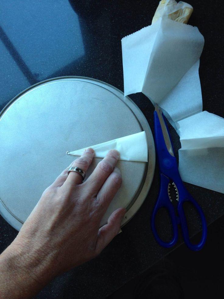 Bakpapier op maat knippen voor een ronde vorm