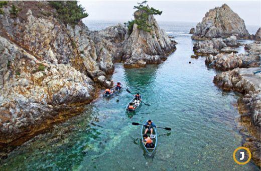 삼척 장호항의 투명 카누. 투명한 강화플라스틱으로 제작돼 배 아래를 훤히 들여다 보며 바다 위를 노닐 수 있습니다.