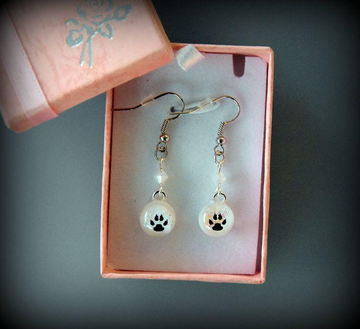 Dichroic oorbellen met decal hondenpootjes en swarovski toupies / oorhangers / glasjuwelen / opaal wit door Evacreajewel op Etsy
