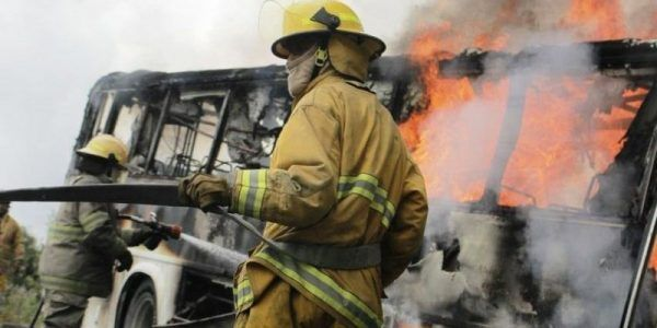 Civiles armados queman camión de pasajeros en Guerrero  VIDEO - Bajo Palabra