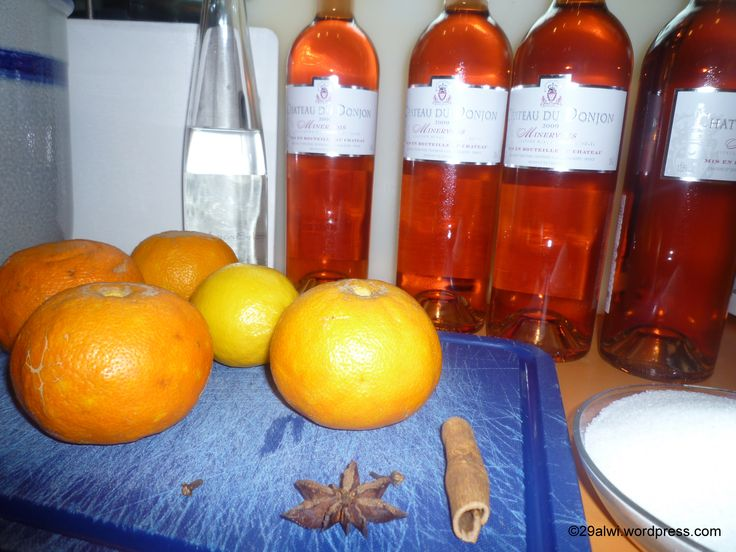 """Orangenwein – Vin d'Orange Rezepte für Orangenweingibt es wie Sand am Meer. Ich habe mich an das Rezept aus den """"Kulinarischen Landschaften"""" Provence von Martina Meuthund Bernd Neuner-Duttenhofer..."""