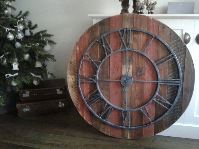 Made my own large wall clock to match the style of my desk and table. Planning to use old chains to hang it from the ceiling. Diameter: 95cm.