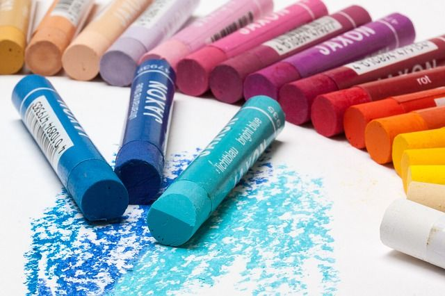 This article shares tips on how to use oil pastels for art journaling.