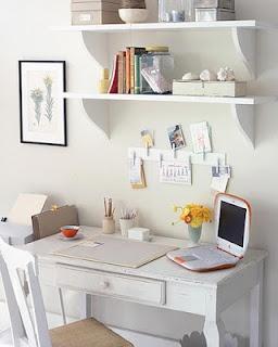 Faça você mesmo: use uma placa de madeira,  cole alguns grampos de roupas nela e depois é só pendurar suas anotações, fácil, fácil.