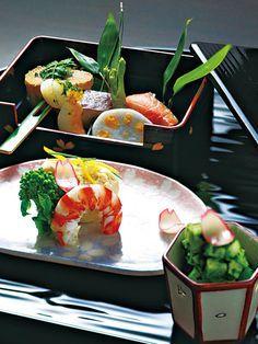 Japanese food. 先付と焼き物、筍とうどの小鉢。