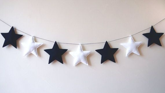 A beautiful black & white stars garland, ready to decorate any room!  * Approximately 1,50 meters (5 ft) long * Measurements per star is 11 x 11 cm (4,3