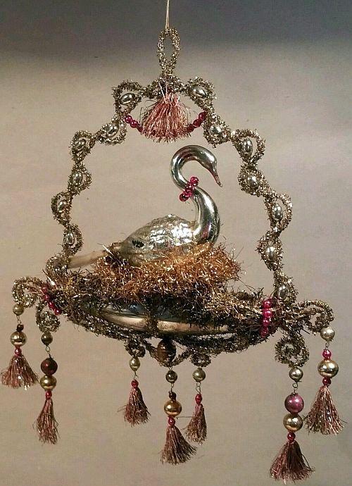grosse alte Gondel mit Schwan in Rosa. Silber und Gold Tinsel. Circa 1900.
