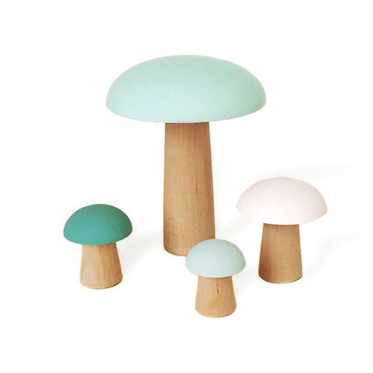4 petits champignons en bois d'aulne. Fabriqués de façon artisanale et peints à la main en France (peinture à l'eau Ressource). Hauteur: 9,...