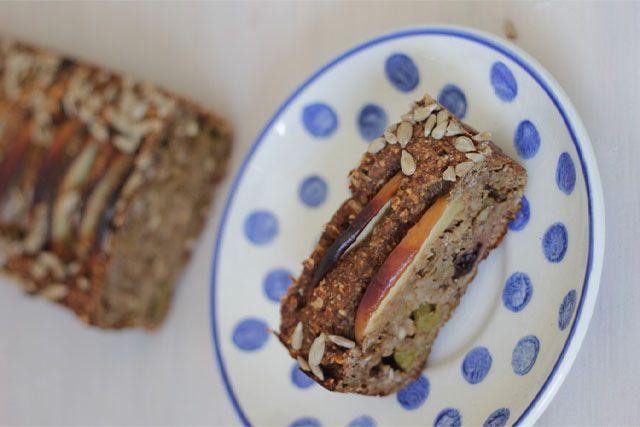 Veel Floraa-fans vroegen om het recept van het Rabarber Appel Brood wat in het eetdagboek van Inge stond. Dit suikervrije brood is gezond én lekker. Ben je benieuwd naar andere recepten van Inge? Kijk dan eens op haar site: de Bakparade. Het is eindelijk weer tijd voor rabarber. De prachtige groente (ja groente!) met de de prachtige donkere rode kleur gecombineerd met lentegroen. Maar rababer heeft natuurlijk wel wat hulp