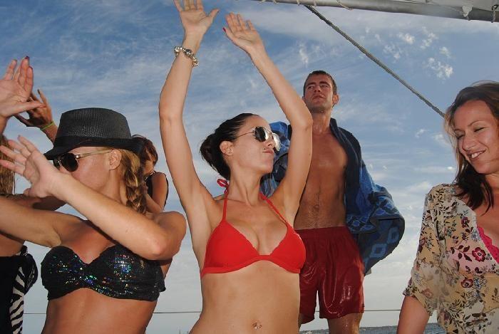 ¿Te imaginas celebrar tu fin de carrera en un catamarán en la isla de #Ibiza? Música Chill out, las mejores calas, discotecas y puestas de sol. Sin duda, uno de los mejores destinos que harán de vuestro viaje una experiencia inolvidable.