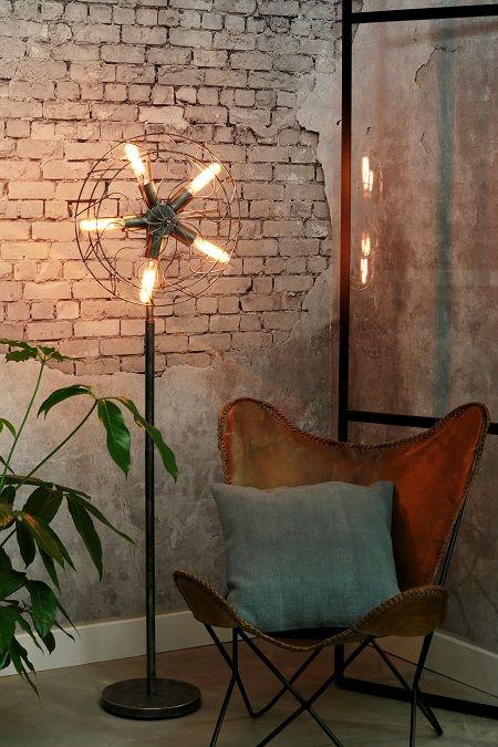 Stop met zoeken als je zoekt naar een lamp met een gedurfde uitstraling! Vloerlamp Sayen heeft het design gebaseerd op een oude ventilator. Deze vloerlamp is alles behalve gewoon te noemen. Het design is echt stoer en authentiek.