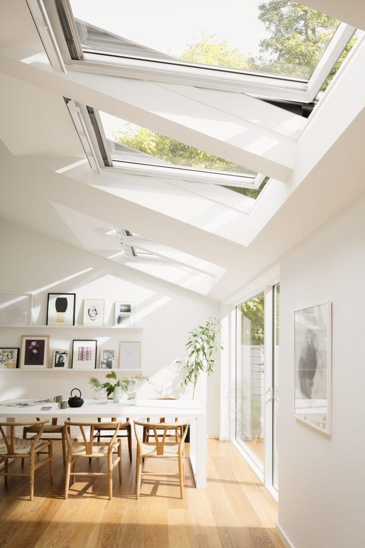 頭上に大きな天窓が2つある明るく開放的なダイニングの天窓を横から 開いたところ