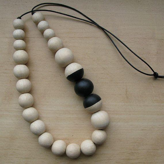 Articoli simili a Collana con mano dipinta di perline di legno & in pelle - Eco-friendly su Etsy
