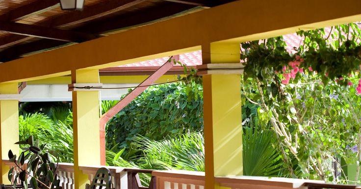 Techos para patio. Poner un techo encima de un patio es una forma de crear un espacio de descanso externo más útil. Puedes techar todo el patio o sólo una parte para un cocinero de exteriores o para una instalación similar. Puedes cubrirlo con un techo sólido con paneles de madera, metal o vinil o construir una pérgola, un tipo de techo parcial. Construir un techo ...