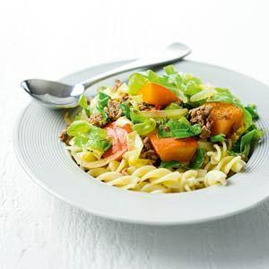 Recept - Pikante spitskool-pompoenstoof Gemaakt met couscous en merquezworstjes ipv pasta en gehakt.