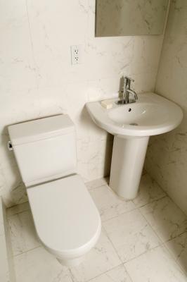 Productos naturales para eliminar el sarro de un inodoro | eHow en Español