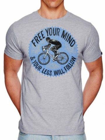 Pak je fiets. Neem de frisse lucht, schoonheid, geluiden, zonnestralen en kameraadschap om je heen tot je, open je geest en je benen zullen doen je wat wilt. De tijd en afstand zullen voorbij vliegen en al je stress zal verdwijnen. Een beter recept om je hoofd leeg te maken bestaat er niet! Dit fraaie t-shirt heeft een print met een tekening van een wielrenner op zijn racefiets en de toepasselijke tekst Free your mind & your legs will follow!