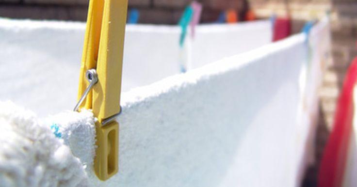 Dicas para remover manchas de cera de chão das roupas. A cera de chão não só mancha o tecido como também deixa-o impregnado com óleo ou tinta. Tratar esse tipo de mancha requer mais de um método. A oleosidade deve ser removida primeiro e, depois, deve-se remover o pigmento. Sempre leia as instruções de lavagem da peça antes de começar o processo de remoção.