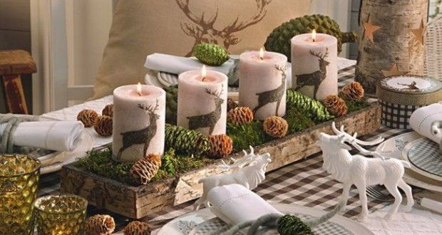 Dekorowanie domu na święta czyli jak zrobić/wybrać dekoracje do domu na święta Bożego Narodzenia? Zobacz i zainspiruj się! Dekoracje domu, stołu wigilijnego i piękne choinki u Pani Dyrektor. Powyżej piękny, świąteczny świecznik z motywem jelenia, gałązkami iglastymi i szyszkami - na pewno urozmaici i upiększy Twój dom na święta!