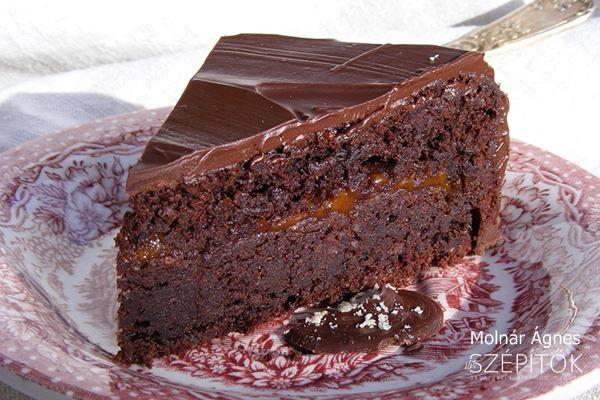Lisztmentes csokitorta, ami ízvilágában a Sacher tortára emlékeztet. Hozzávalók 22 cm átmérőjű tortaformához Tésztához 20dkg 70 %kakaótartalmú csokoládé 20dkg vaj 5 tojás szétvála…