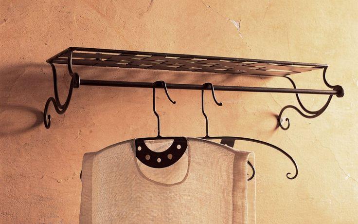Dal 1850 circa, la gente ha cominciato ad usare le grucce per appendere gli abiti. Tuttavia la vera scoperta fu accreditata nel 1903 ad Albert J. ParkHouse, impiegato della società TIMBERLAKE WIRE & NOVELTY COMPANY IN JACKSON, nel Michigan, che in risposta ai suoi compagni di lavoro, che lamentavano il problema dei troppi cappotti da appendere con pochi ganci, prese un pezzo di filo lo modellò formando 2 ovali dove appoggiavano le spalle e piegò le estremità per formare il gancio.