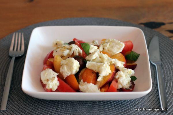 Schöner Tag noch! Food-Blog mit leckeren Rezepten für jeden Tag: Tomaten-Pfirsich-Salat mit mariniertem Mozzarella