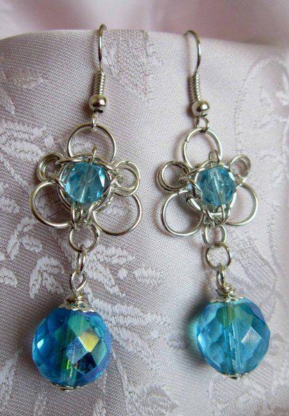Orecchini in chainmail con cristalli azzurri di Piccoli Capricci di Mara su DaWanda.com