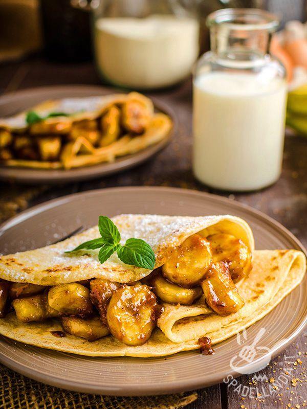Crepes with caramelized bananas - Le Crepes alle banane caramellate sono una delle mille golosissime varianti in cui si possono cucinare le famose e irresistibili frittatine francesi.
