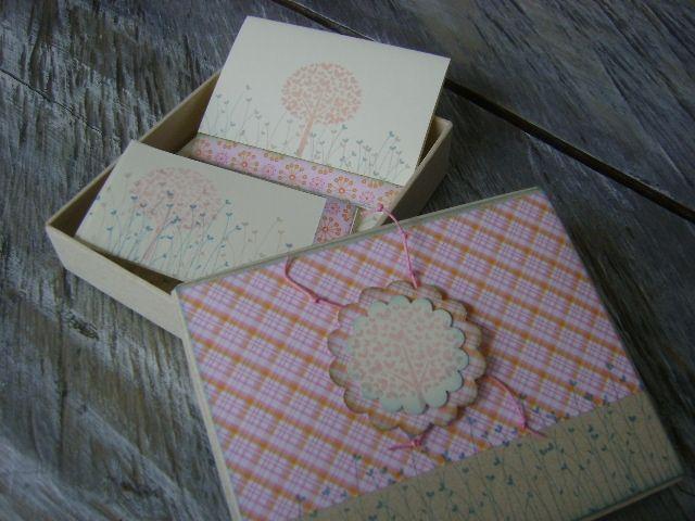 Kit de tarjetas personalizadas, presentadas en caja decorativa.