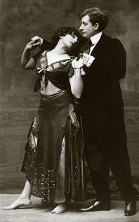 Avec son amante Mathilde de Morny (Missy) jouant sur scène la pantomime.