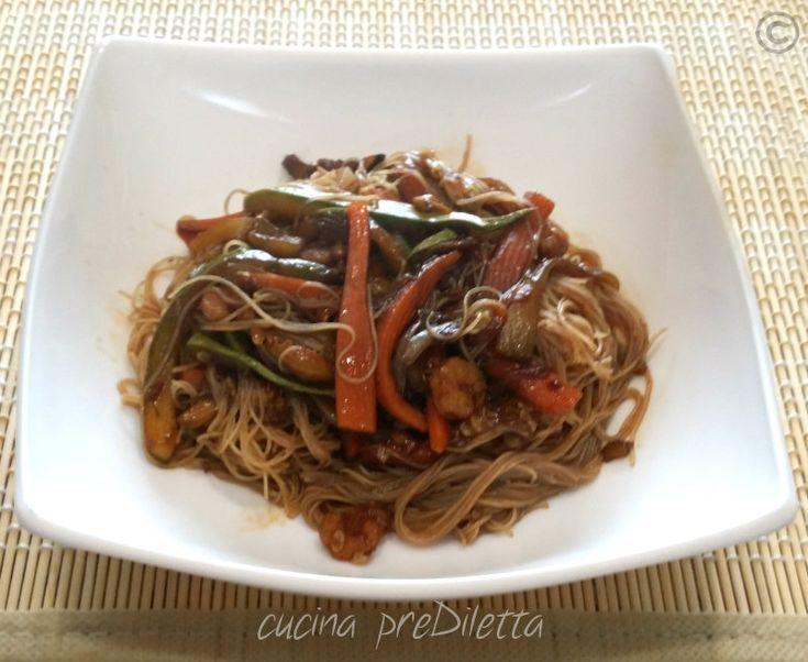 ecco un piatto dal sapore orientale gli spaghetti di riso verdure e gamberetti non