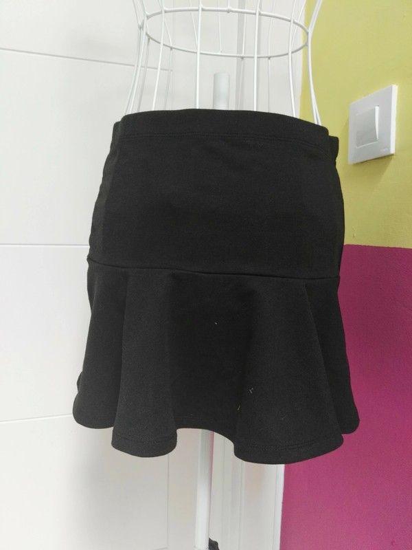 d5dbffd36 Falda volante en color negro , talla L , de la marca Bershka , está ...