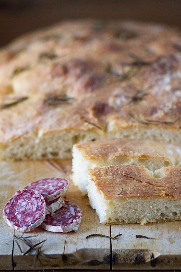 Junto con la pizza, creo que la focaccia es uno de los panes más famosos de Italia. Existen multitud de tipos de pan en toda su geografía pero la pizza y la focaccia son los únicos que se preparan acompañados de otros ingredientes como tomate, queso, embutidos, etc. La que veremos hoy es la receta de la focaccia salada básica (porque existe también una versión dulce) pero la misma receta se puede preparar añadiendo tomatitos, queso o cebolla...¡Una maravilla! Como todo pan digno de ese ...