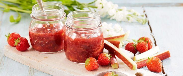 Friskt sommersyltetøy med jordbær og rabarbra - slik bestemor laget det, og som smaker like godt på en skive brød som til kakefyll eller til vafler. Du kan også lage rabarbrasyltetøy uten jordbær.