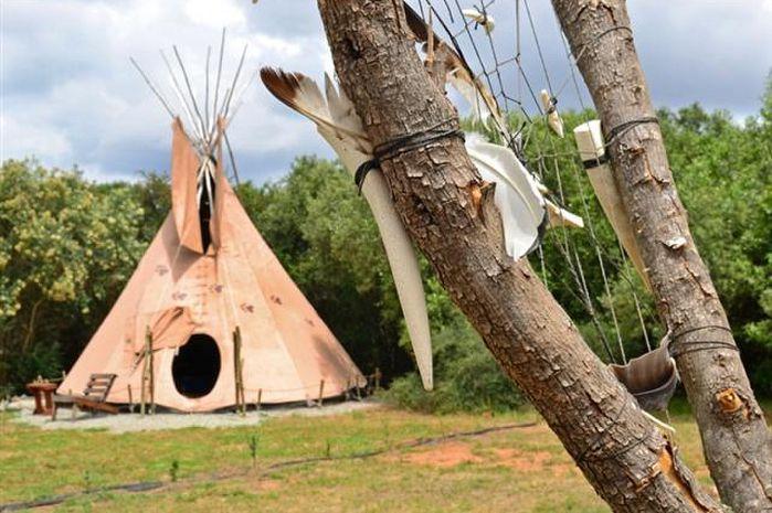 Jy kan in 'n egte Tipi bly by Lancewood Tipi Lodge in Assegaai.
