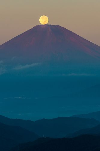 Harvest Moon on Fuji, Japan 中秋の名月