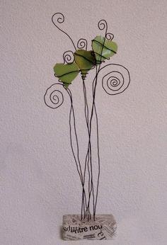 Blog de jeanmichhe :Musiques, mosaïques et fil de fer, Trois coeurs verts en suspension - carreaux, fil de fer, platre et papier journal - 2009 -