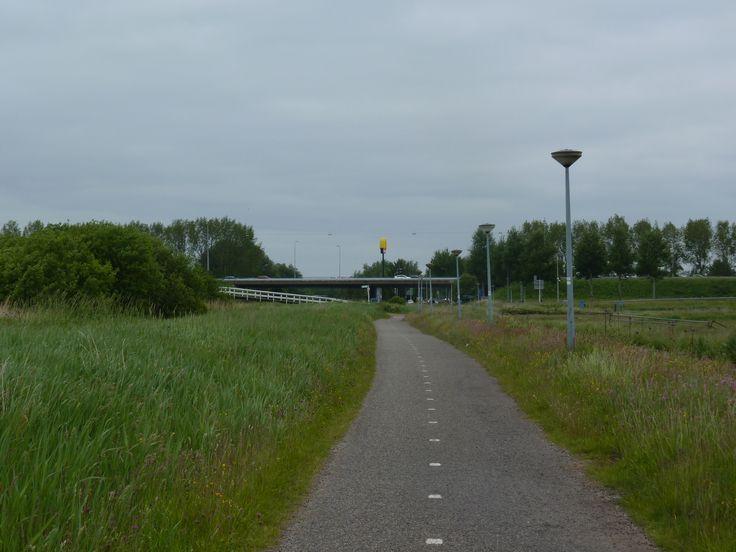 6e traject: en toen kwam Amsterdam wel heel dichtbij; in de verte rijden auto's op de A10