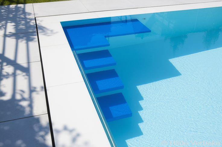 Betonnen zwembad bekleed met polyester met blauwe zwevende trap en zitbank