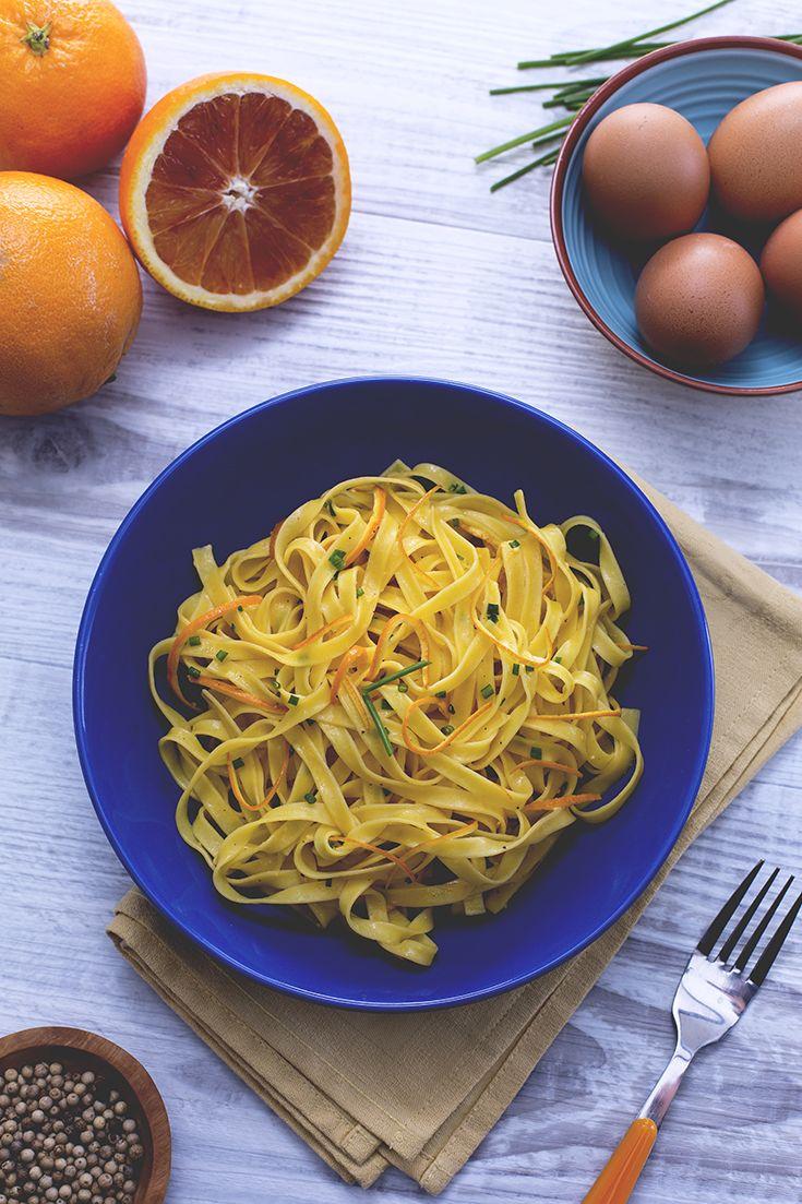 Le #tagliatelle all'#arancia sono un #primo piatto molto delicato e aromatico, grazie alla presenza degli #agrumi non solo nel #condimento ma anche nell'acqua di cottura della pasta! A dare corpo al tutto, l'#uovo sbattuto come tocco finale amalgama gli ingredienti e dona una cremosità irresistibile! #ricetta #GialloZafferano #italianrecipe #italianfood