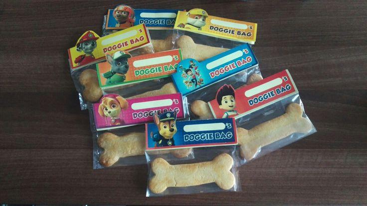 Paw Patrol traktatie. Zandkoekjes gemaakt met koekvorm van een bot (www.koek-it.nl). Plaatjes gedownload via www.nickjr.com