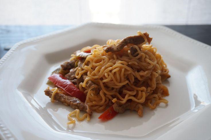 Fideos chinos con ternera -  Fideos chinos con ternera, una receta sencilla y muy variada, acompañada de las verduras queda un plato muy completo y sano. un plato que gusto mucho. Un plato que podemos preparar en un Wok, ya que es donde mejor queda, pero si no tenéis en cualquier cazuela queda bien.    Fideos chinos con t... - http://www.lasrecetascocina.com/fideos-chinos-ternera/
