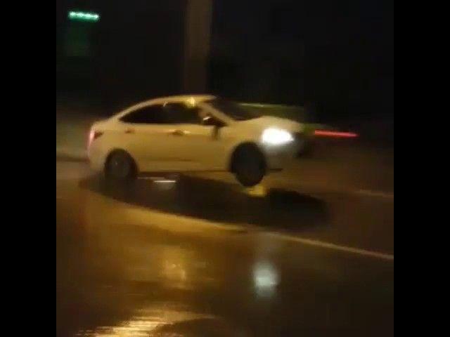 Полетели: яма на дороге стала трамплином для машин (видео)