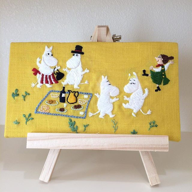 ハッピーセットのムーミン絵本の刺繍です。 図案にしたくて、普段は食べないハッピーセットを食べました 息子にも食べさせて、2冊ゲットしようと目論んでいましたが、妖怪ウォッチのおもちゃも同時に景品だったので、息子はそっちが良いと…振られました #刺繍 #刺しゅう #手刺繍 #刺繍部 #手芸 #ステッチ#embroidery #stitch #needlework #handcrafted #handmade #handembroidery #ムーミン #moomin