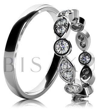 BD6-20 Elegantní snubní prsteny z bílého zlata v unikátním designu, oba prsteny jsou v lesklém provedení (vysoký lesk). Dámský prsten je po celém obvodě zdobený kameny, které jsou složeny ze dvou velikostí. #bisaku #wedding #rings #engagement #svatba #snubni #prsteny #design