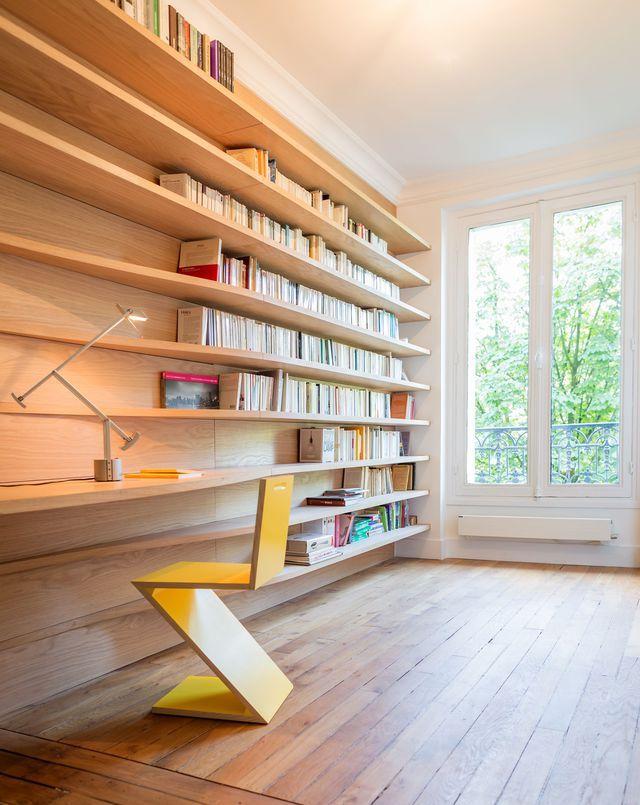 La bibliothèque moderne et sobre d'un appartement parisien de 63 m². Plus de photos sur Côté Maison : http://bit.ly/1FXw5eG