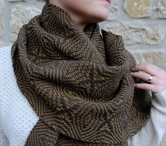 Handwoven military green scarf by Atelier Faggi Italy - #weaving #weaving-techniques #handweaving #atelierfaggi