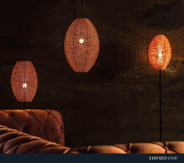 Cage Aydınlatma tasarımları; Abajur, Sarkıt ve Lambader çeşitleriyle bakırın sıcak etkisini mekanın farklı alanlarına yansıtma olanağı sağlıyor.